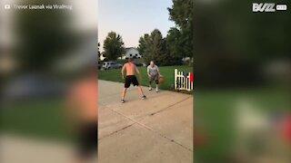 Nonno vince contro un giovane a basket