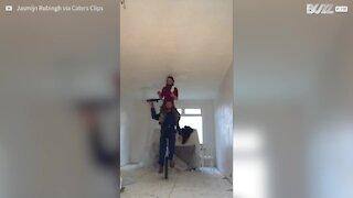 Casal pinta a casa num monociclo