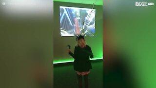 Cette femme se perd totalement dans la réalité virtuelle