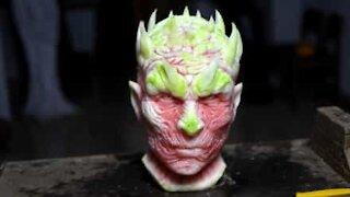 artist gjør vannmelon om til skulptur av karakter fra'Game of Thrones'