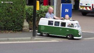 Padre costruisce un minivan Volkswagen per suo figlio!
