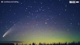 Cometa une-se a aurora boreal e cria paisagem incrível