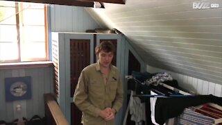 Australia: un pitone gigante sopra l'armadio