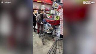 Covid-19: Bebé mordisca carrinho de supermercado!