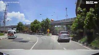 Motociclista choca com carro e continua o seu trajeto