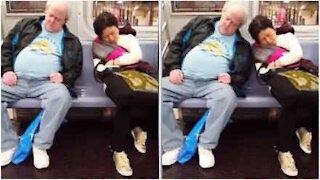Søvnige fremmede kolliderer nesten på t-banen