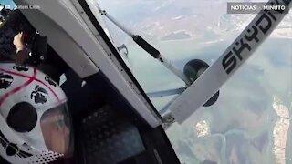 Paraquedista voa perigosamente ao lado de avião