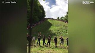 Les gens se jettent d'une colline pour ... du fromage!