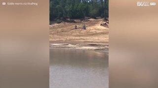 Un motociclista che corre sulle acque