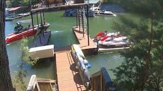 Barco se choca contra plataforma de cais