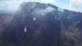 Paraquedistas saltam do ponto mais alto do Reino Unido!