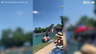 Pessoas incentivam homem a pular de trampolim