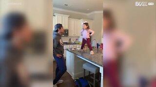 Quem dança melhor: pai ou filha?