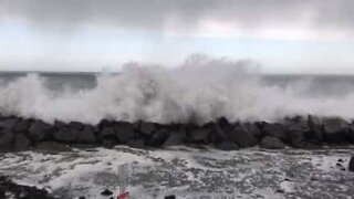 Enorme bølger forårsaker flom i en by i Washington