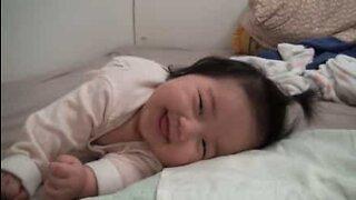 Bebé sonolenta acorda sempre a sorrir