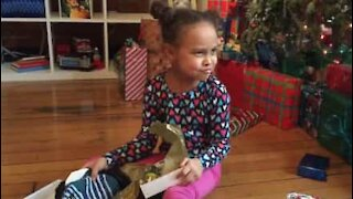 Bestefar lurer barnebarnet sitt med julegave