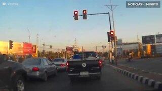 Caminhão capota e destrói semáforo