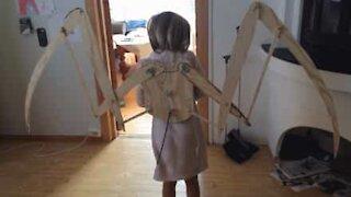 Far bygger vinger til datteren sitt kostyme