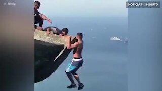 Jovem se pendura perigosamente na Pedra de Gávea