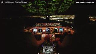 Incrível pouso em Nova Iorque visto da cabine do piloto