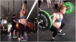 En gravid kvinne er dronningen på treningsstudioet!