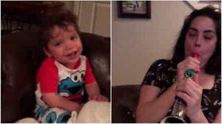 Momento contagiante: Bebé ri-se quando mãe toca flauta