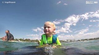 Ha solo 2 anni e già pratica surf!