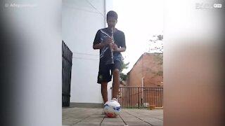Il jongle avec un ballon tout en jouant de la clarinette