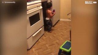 Bimbo cerca latte nel frigorifero come se fosse un adulto