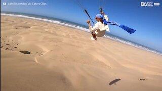 En parapente il survole une incroyable plage marocaine