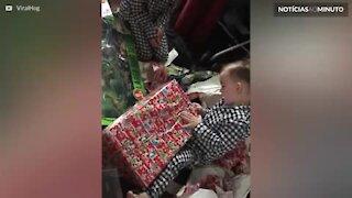 Criança recebe o presente que menos queria
