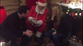 Julenissen hjelper til med et frieri