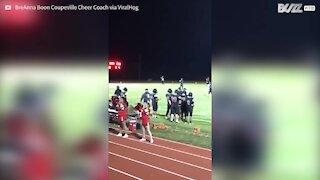 Cervo invade il campo durante una partita di football