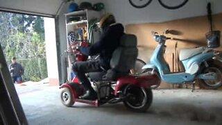 Kvinne kjører rullestol i over 100 km / t