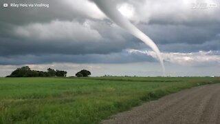 Tornado assustador atinge cidade canadense