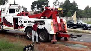 SOUTH AFRICA - Johannesburg - Tanker recovery on highway (Video) (mLD)