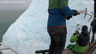Iceberg vira durante escalada de exploradores
