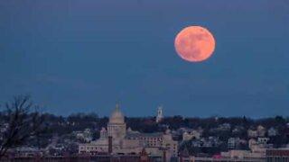 Årets første supermåne steg opp over Rhode Island