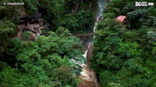 Équateur: il filme une stupéfiante cascade au drone