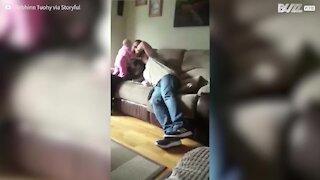 Nonno spaventato a morte dalla bambola che cade!
