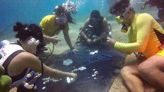 Sub giocano a poker sott'acqua!