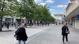 Des heures de queue pour entrer dans les boutiques au Royaume-Uni