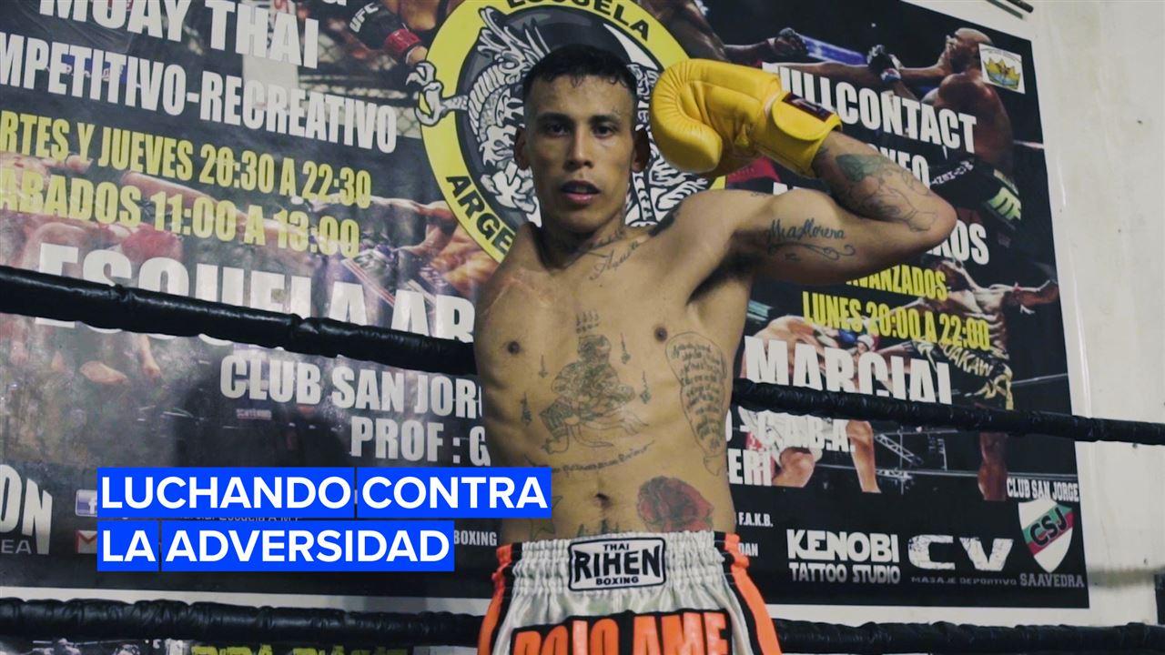 Rompiendo barreras: El luchador de Muay Thai con un brazo