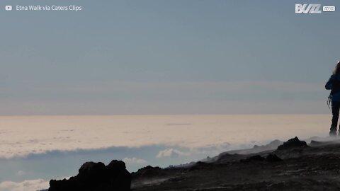 Incrível lava em erupção no vulcão Etna
