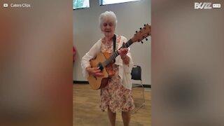 Nonna di 90 anni intona canzone sulla vecchiaia