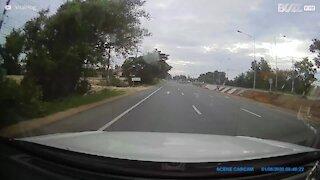 Descuido de motorista e motociclista quase acaba em um grave acidente