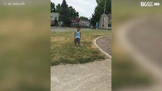 Ce garçon tombe en faisant un salto arrière