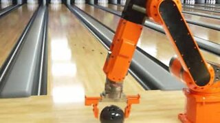 Braço robótico consegue incrível strike numa pista de bowling