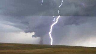 En mann fra Wyoming filmer tornadoen samtidig som lynet slår ned
