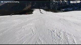 L'interminable chute d'un skieur à flanc de colline